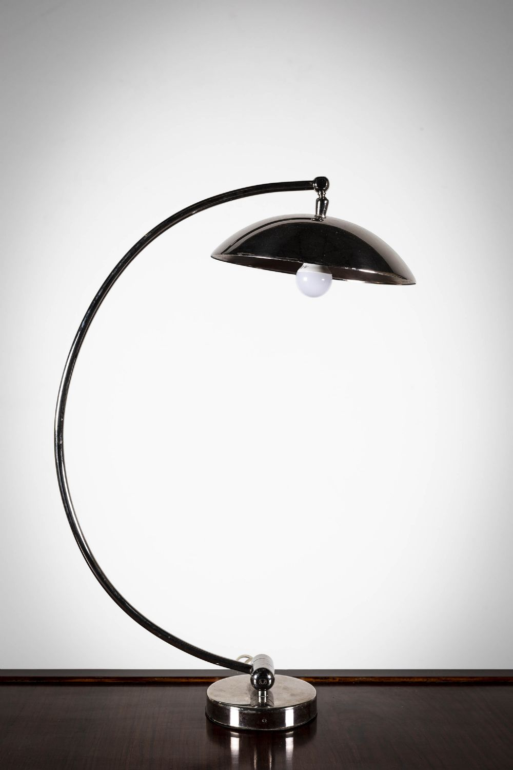 A CHROME ARCHED DESK	LAMP
